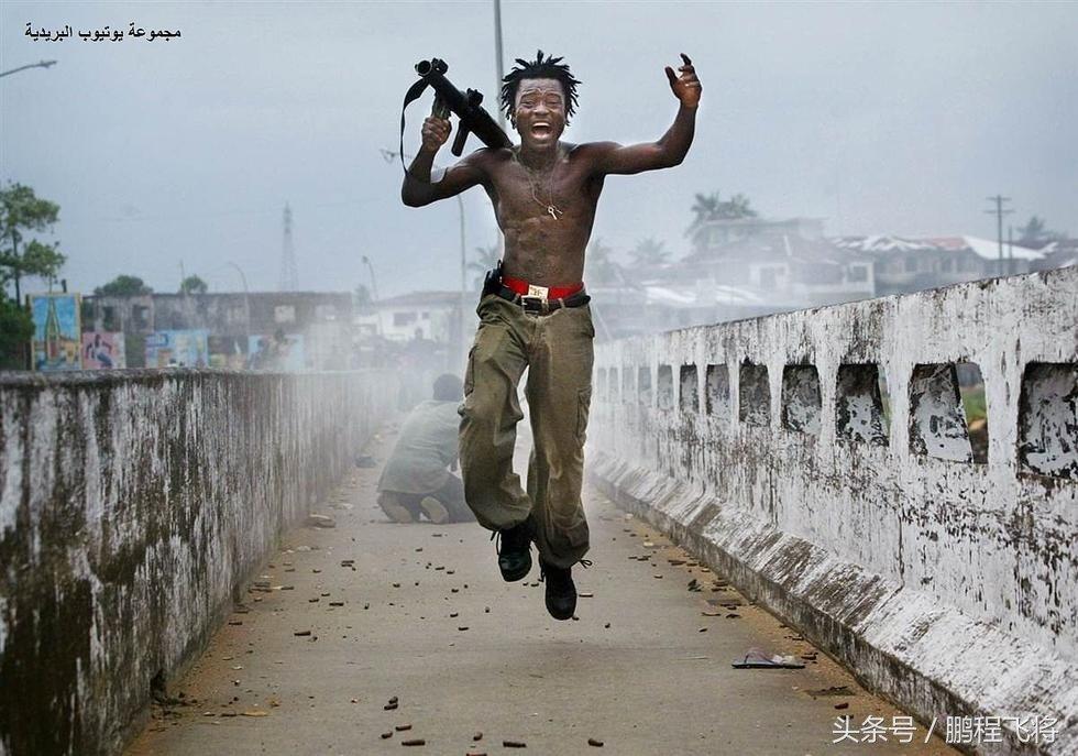 用生命在拍照!戰地攝影師在身死瞬間拍攝的照片好讓人震撼..不知道下一秒他怎麼樣了